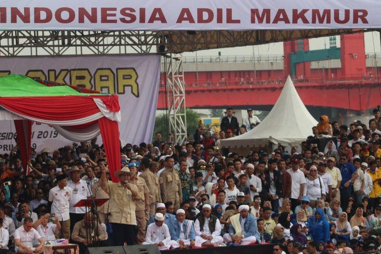 Calon Presiden nomor urut 01 Prabowo Subianto saat menggelar kampanye akbar di pelataran Benteng Kuto Besak (BKB) Palembang, Sumatera Selatan, Selasa (9/4/2019).