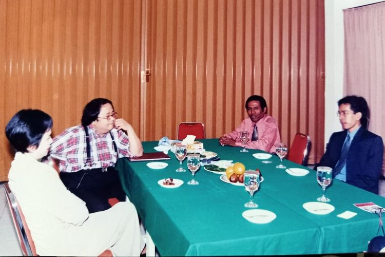 Foto pertemuan pertama Jokowi dan Sri Mulyani dalam seminar ekonomi 1998 di Solo, Jawa Tengah. Pria di sebelah Sri Mulyani adalah pengusaha jamu Jaya Suprana yang diminta menjadi moderator dalam seminar ekonomi tersebut.