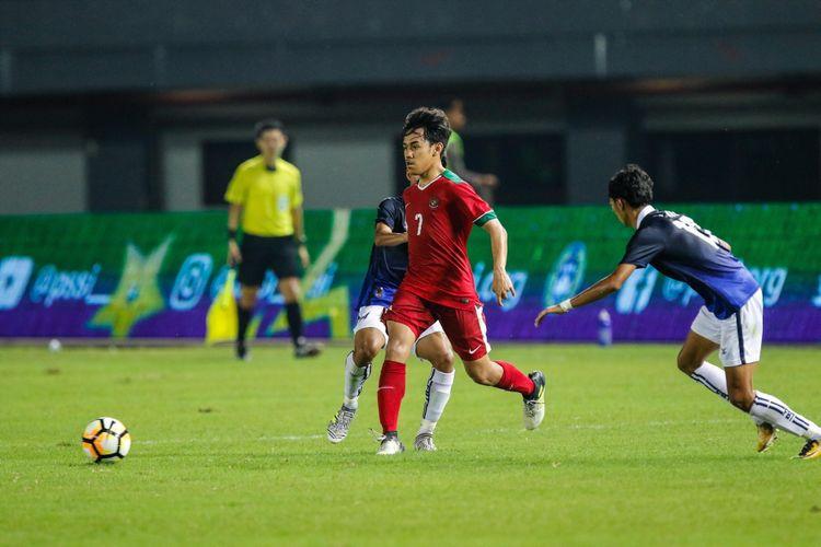 Pemain timnas Indonesia U-19 M Luthfi melewati pemain timnas Kamboja U-19 di Stadion Patriot Candrabaga, Bekasi, Jawa Barat, Rabu (4/10/2017). Timas Indonesia U-19 Menang 2-0 melawan Timnas Kamboja U-19.