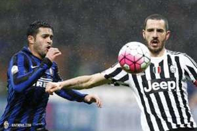 Bek Juventus, Leonardo Bonucci (kanan), saat tampil melawan Inter Milan pada laga semifinal kedua Coppa Italia, di Stadion Giuseppe Meazza, Rabu (2/3/2016) waktu setempat.