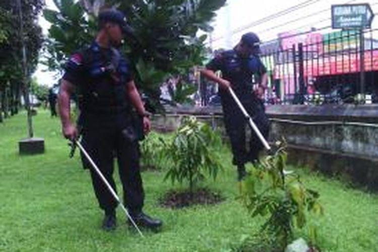 Personil jibom gegana polda DIY saat memeriksa halaman depan gereja keluarga kudus banteng jl Kaliurang sleman