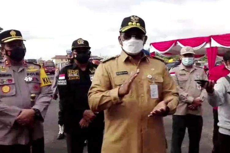 Pj Gubernur Kalsel Safrizal memberikan keterangan usai memimpin apel kesiapan gabungan dalam rangka penanggulangan bencana karhutla di Banjarbaru, Selasa (2/2/2021).