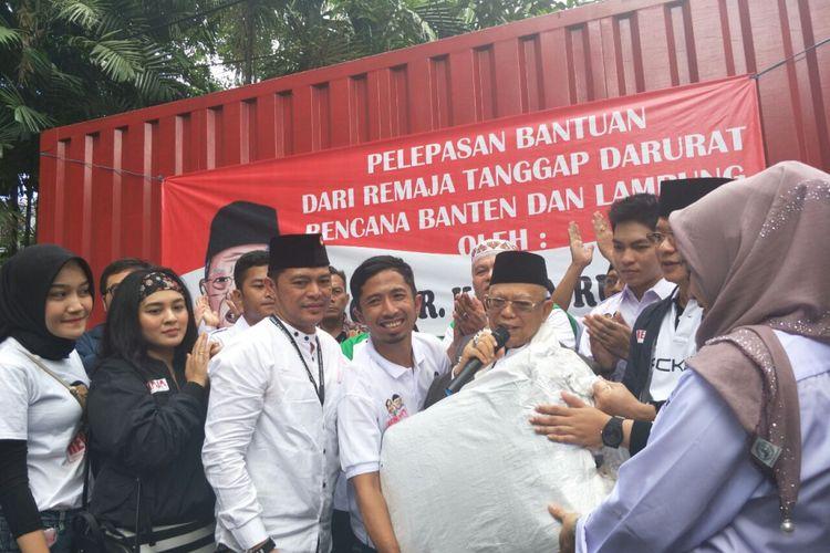 Calon wakil presiden nomor urut 01, Maruf Amin, melepas bantuan untuk korban tsunami Banten dan Lampung Selatan dari kediamannya di Jalan Situbondo, Senin (24/12/2018).