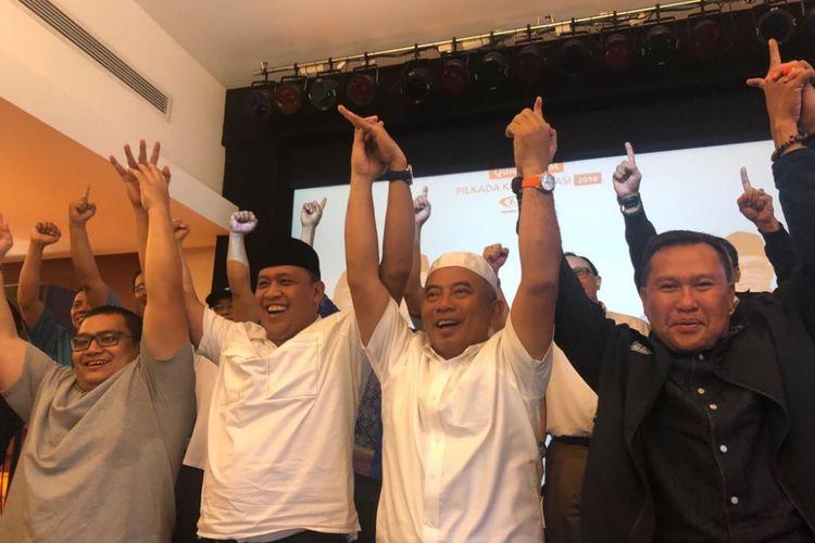 Pasangan calon wali kota dan wakil wali kota Bekasi, Rahmat Effendi dan Tri Adhianto, usai melihat hasil quick count Pilkada Kota Bekasi, Rabu (27/6/2018).