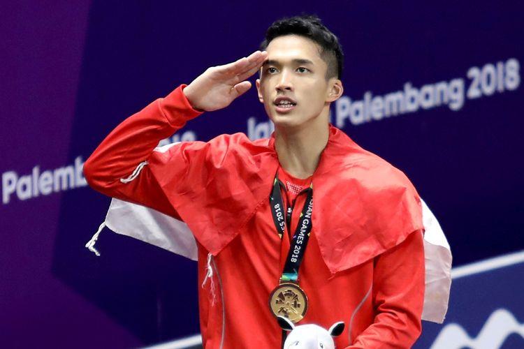 Pebulu tangkis tunggal putra Indonesia peraih medali emas Asian Games 2018 Jonatan Christie melakukan penghormatan kepada bendera Merah Putih saat upacara penyerahan medali di Istora Senayan, Jakarta, Selasa (28/8). ANTARA FOTO/INASGOC/Nafielah Mahmudah/tom/18. *** Local Caption ***
