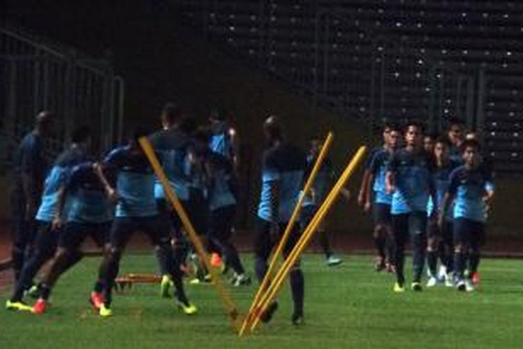 Tim nasional Indonesia melakoni latihan di Stadion Utama Gelora Bung Karno, Rabu (30/10/2013). Latihan ini merupakan persiapan Boaz Solossa dan kawan-kawan jelang laga persahabatan melawan Kyrgyzstan, Jumat (1/11/2013).