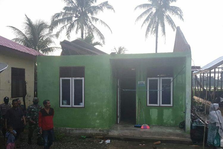 Warga melihat rumah yang rusak akibat puting beliung di Desa Tek Tek, Kecamatan Paya Bakong, Aceh Utara, Selasa (8/6/2020)