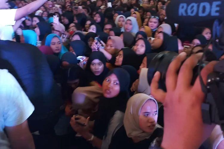 Warga Cileungsi berteriak histeris menyambut kehadiran keluarga Ruben Onsu di Metropolitan Mal Cileungsi, Bogor, Jawa Barat, Sabtu (25/1/2020).
