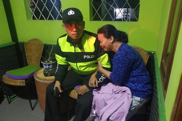 Yanti, istri Ketua KPU Cianjur, Jawa Barat terlihat syok setelah menjadi korban penyekapan di rumahanya, Kamis (23/05/2019) malam