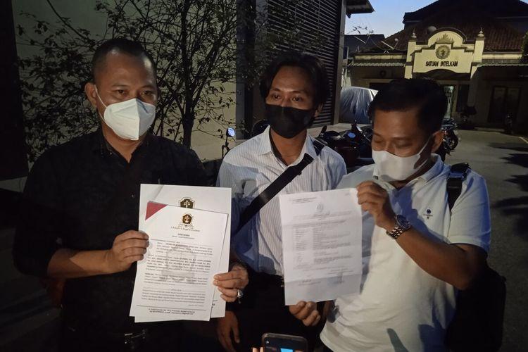 AW (kanan) melaporkan perawat Puskesmas Kedaton, Rendy Kurniawan atas dugaan penganiayaan ke Polresta Bandar Lampung.