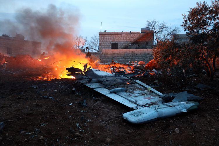 Sebuah gambar yang diambil oleh pemberontak pada 3 Februari 2018, menunjukkan  jet tempur Sukhoi-25 yang jatuh di provinsi Idlib, di Suriah . (AFP)