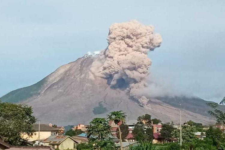 Tampak Gunung Sinabung Mengeluarkan Awan Panas dengan jarak luncuran 1500-2.500 meter.