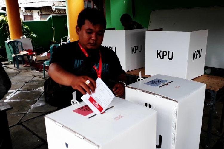 Warga kota Palopo di 6 TPS kembali menyalurkan ulang aspirasinya setelah pihak Bawaslu kota Palopo merekomendasikan untuk dilakukan PSU di 6 TPS, Sabtu (27/04/2019)