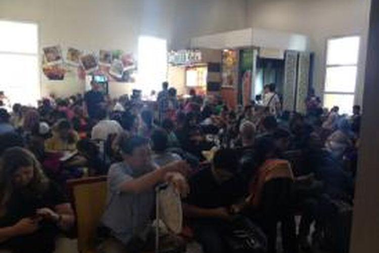 Penumpang Lion Air menunggu kepastian keberangkatan di Bandara Ngurah Rai, Badung, Bali (7/10/2013).