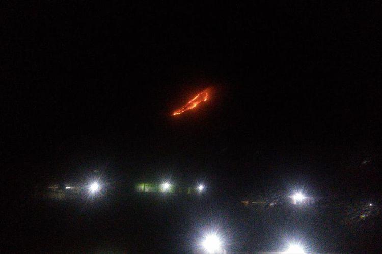 Titik api yang membakar lereng Gunung Panderman, Kota Batu, Minggu (21/7/2019)