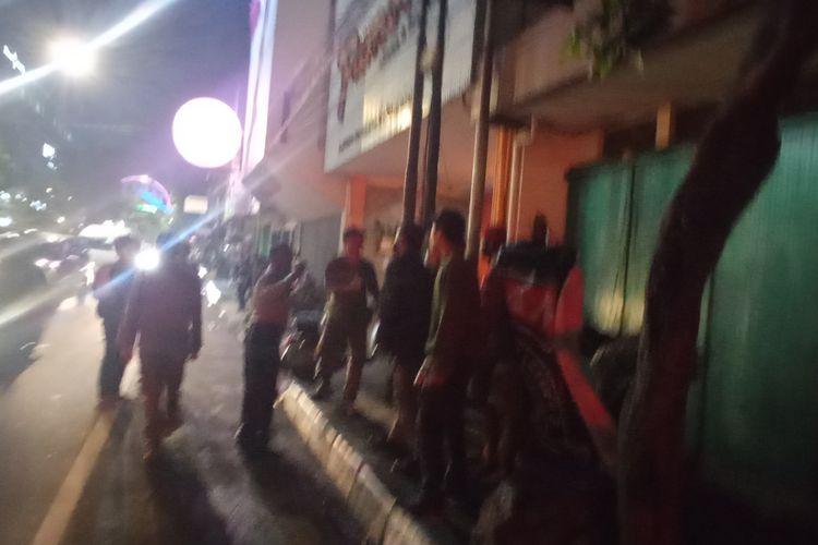 Anggota kepolisian saat membubarkan rombongan vespa
