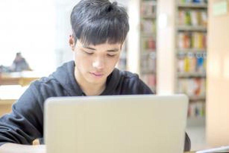 Pada dasarnya teknis pelaksanaan perkuliahan secara online tidak berbeda dengan perkuliahan konvensional yang berlangsung dengan tatap muka di kelas. Namun, pada perkuliahan secara online, dosen setidaknya dituntut memiliki dedikasi lebih tinggi.