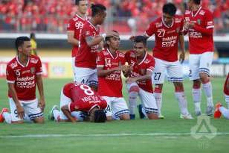 Pemain Bali United merayakan gol Fadhil Sausu (tengah) usai membobol gawang Sriwijaya FC pada pertandingan lanjutan TSC 2016 di Stadion I Wayan Kapten Dipta, Gianyar, Jumat (19/8/2016).