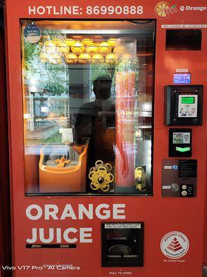 Salah satu mesin penjual otomatis yang menjajakan air jeruk peras.