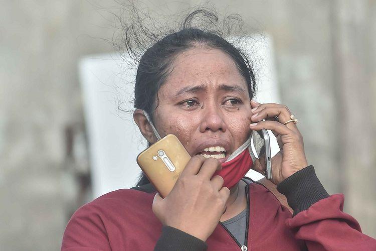 Warga berkomunikasi dengan sanak saudaranya yang menjadi korban gempa dan tsunami di Hotel Roa Roa, Palu, Sulawesi Tengah, Minggu (30/9). Berdasarkan data BNPB jumlah korban akibat gempa dan tsunami per (30/9) pukul 13.00, sebanyak 832 orang meninggal dunia, 540 luka berat dan 16.732 pengungsi yang tersebar di 24 titik.