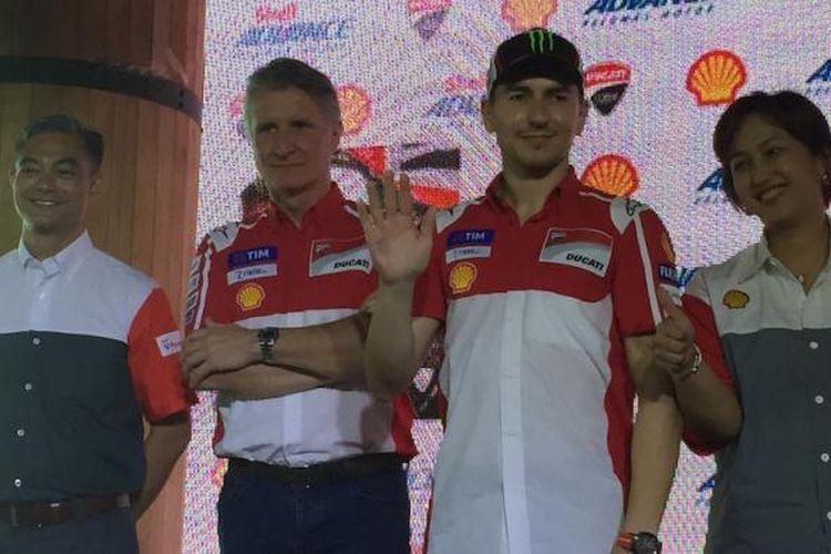 Pebalap Ducati Team asal Spanyol, Jorge Lorenzo (dua dari kanan), berpose di depan wartawan saat Shell Advance Media Gathering di Exodus, Kuningan City Jakarta, Kamis (2/2/2017).