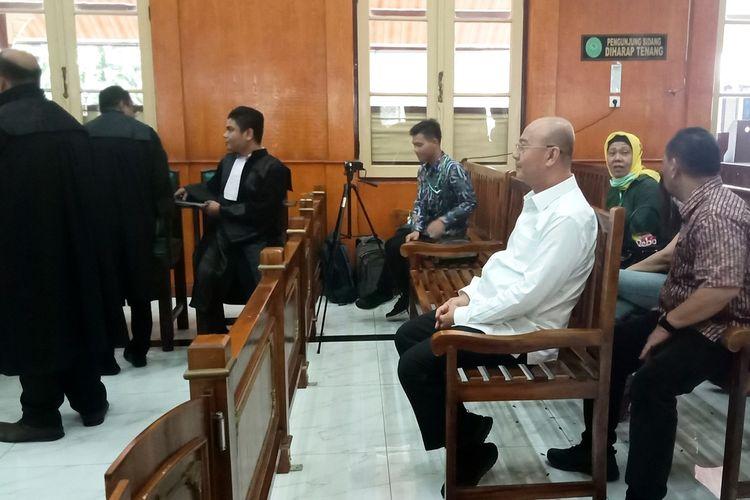 Terdakwa Wali Kota Medan non-aktif Dzulmi Eldin duduk di bangku barisan paling depan Pengadilan Tipikor pada PN Medan, menunggu majelis hakim yang akan menyidangkan perkaranya, Kamis (5/3/2020)