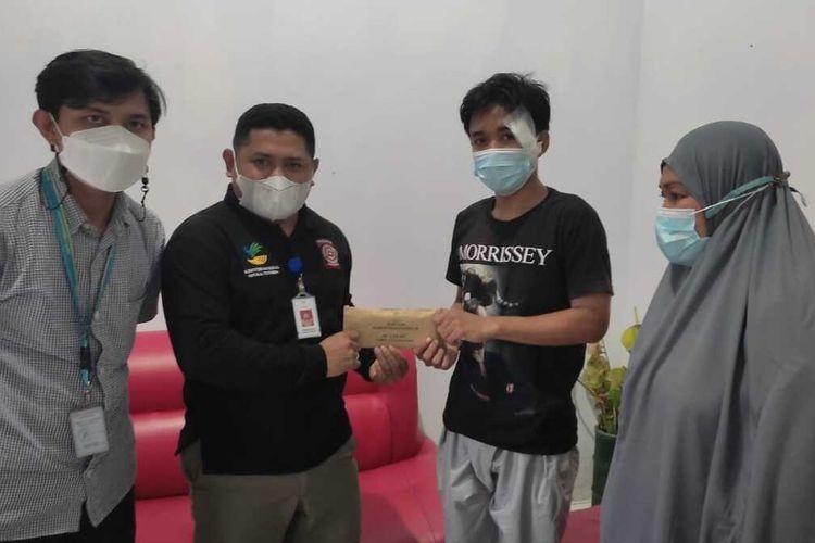 Korban kecelakaan sepeda, Wawan mendapat kunjungan dari Kementerian Sosial (Kemensos) yang diwakili oleh Kasubdit Penanganan Korban Bencana Alam, Muhammad Delmi.