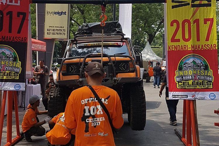 Panitia IOX 2017 Celebes mengadakan pemeriksaan terhadap kendaraan offroad para peserta di Jakarta, Minggu (17/9/2017).