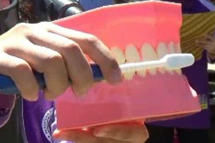 Untuk menjaga kesehatan gigi dna mulut sejak dini, 700 Siswa di Polman sulawesi barat Ikuti sikat migi massal sebagai bentuk edukasi menjaga kesehatan gigi dna mulut sejak dini.