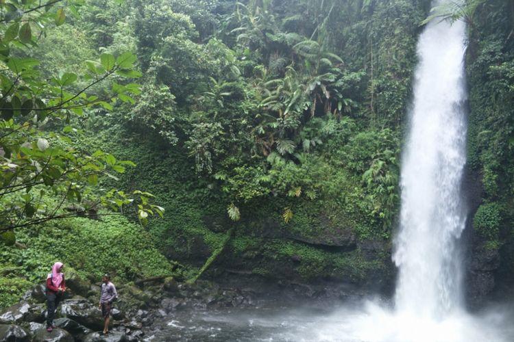 Pengunjung berfoto di dekat Curug Sawer yang terletak di dalam kawasan wisata Situ Gunung, Sukabumi, Jawa Barat.