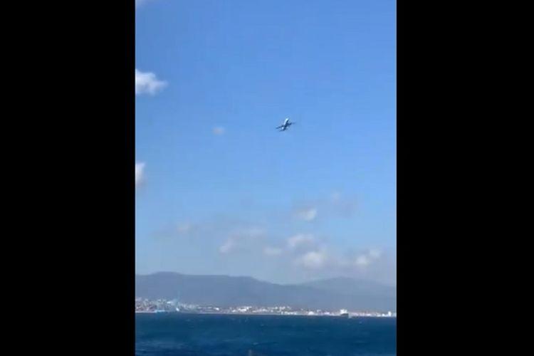Video ini direkam oleh Richard Whalley ketika pesawat maskapai British Airways oleng di Gibraltar akibat angin kencang, Senin (25/2/2019). (Twitter/Richard Whalley)