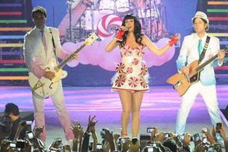 Bintang pop asal AS, Katy Perry, tampil menggebrak panggung dalam konsernya The California Dreams Tour 2012 di Sentul International Convention Center, Sentul, Bogor, Jawa Barat, Kamis (19/1/2012). Konser tersebut setidaknya dihadiri oleh 7.000 penggemar Katy Perry atau yang akrab disapa Katycats.