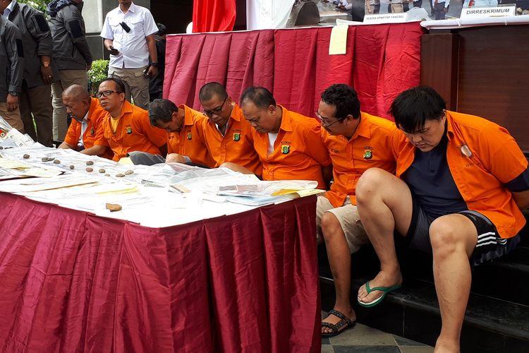 Polisi menangkap tujuh tersangka yang tergabung dalam sindikat penipu jual beli rumah dan tanah di wilayah Jakarta. Foto diambil dalam konferensi pers di Polda Metro Jaya, Jakarta Selatan, Kamis (22/8/2019).