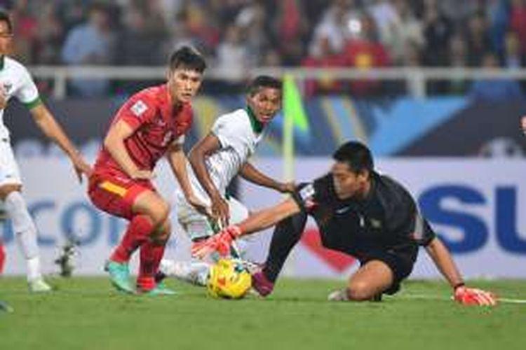 Kurnia Meiga mengamankan gawangnya dari serangan pemain Vietnam pada semifinal Piala AFF 2016, Rabu (7/12/2016).
