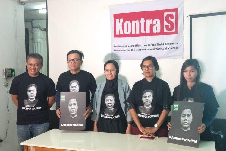 Koordinator Kontras Yati Andriyani (tengah), Direktur Eksekutif Nasional Walhi Nur Hidayati (kedua kanan) dan istri aktivis lingkungan Golfrid Siregar, Resmi Barimbing (ujung kanan) saat konferensi pers di kantor Kontras, Jakarta Pusat, Kamis (13/2/2020).