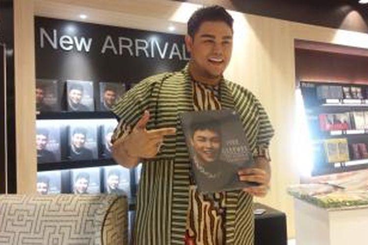 Ivan Gunawan meluncurkan bukunya yang berjudul Aku Berkarya dengan Cinta di Toko Buku Gramedia Central Park, Jakarta Barat, Rabu (11/11/2015) pagi.
