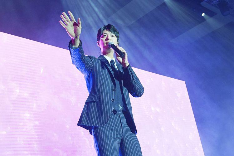 Aksi Park Bo Gum di panggung fan meeting Good Day di Kota Kasablanka, Jakarta, Sabtu (23/3/20019), saat menyanyikan lagu Untukku ciptaan Yovie Widianto yang dipopulerkan mendiang Chrisye.