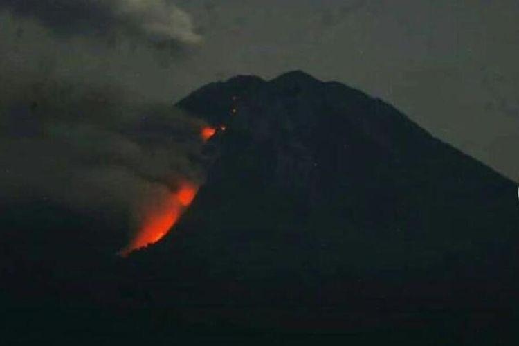 Tangkapan layar akun Instagram resmi TNBTS yang menunjukkan luncuran lava pijar di Gunung Semeru.
