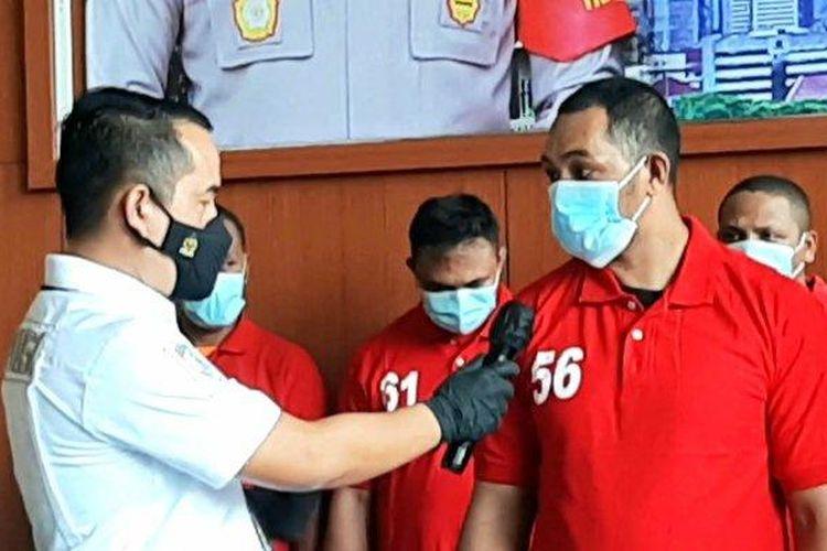 Pelaku mafia tanah, AS (kanan), saat ditanya Kasat Reskrim Polres Metro Jakarta Pusat, Selasa (9/3/2021)