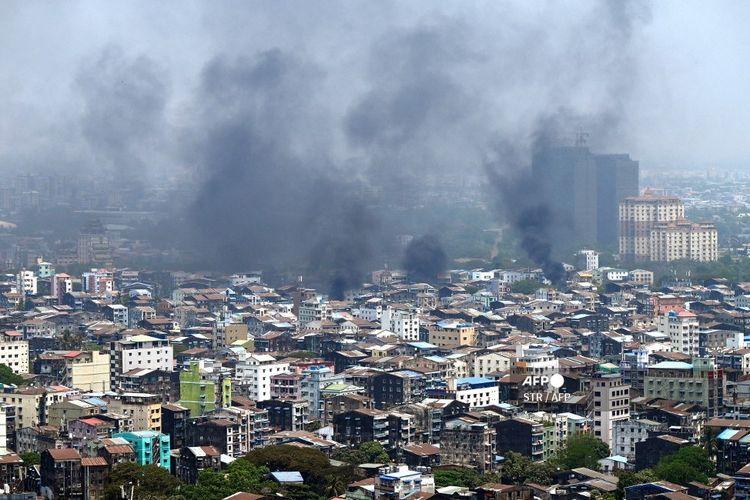 Asap membumbung di atas kota Tamwe di Yangon pada Sabtu 27 Maret 2021, hari paling berdarah di Myanmar dengan lebih dari 100 orang tewas.
