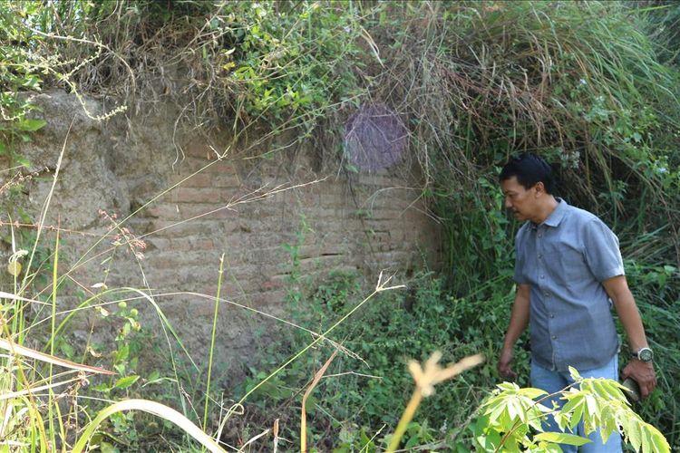 Petugas dari jajaran Kepolisian Resor Jombang, pada Jum'at (28/6/201), meninjau situs purbakala yang ditemukan di Desa Sugihwaras, Kecamatan Ngoro, Kabupaten Jombang pada akhir tahun 2016.