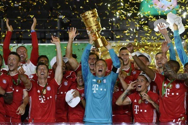 Skuad Bayern Muenchen saat merayakan trofi Piala Jerman atau DFB Pokal musim 2019-2020.