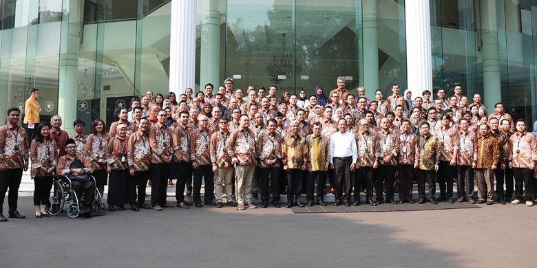 Jusuf Kalla saat menerima 52 ilmuwan diaspora, Senin (19/8/2019) di Kantor Wakil Presiden, Jalan Merdeka Utara, Jakarta, saat Pembukaan Rangkaian Simposium Cendekia Kelas Dunia (SCKD) 2019.