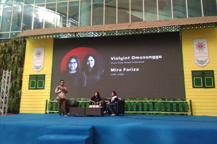 Manajer Line Jobs Mira Fariza (tengah) dan Talent Acquisition Manajer Coca-cola Amatil Indonesia Violyint Omosunggu (kanan) dalam talkshow di Qareer Festival 2019 Jakarta, Jumat (28/6/2019).
