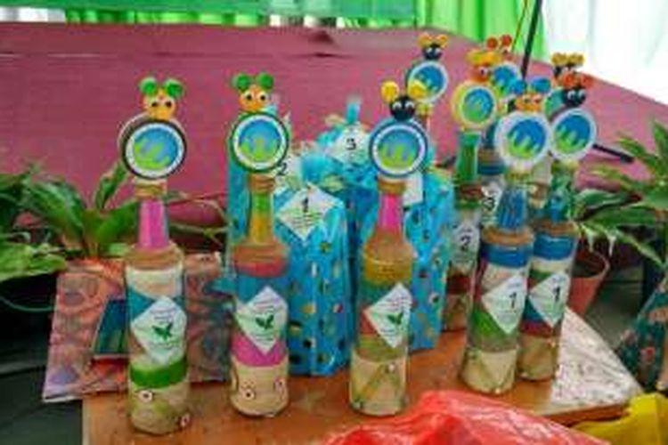 Hasil kreatif dari sampah anorganik yang dikumpulkan bank sampah di Sekolah Alam Kampung Sawah, di kawasan Perumahan Bukit Pertanian, Tirtajaya, Depok, Jawa Barat, Minggu (11/12/2016.
