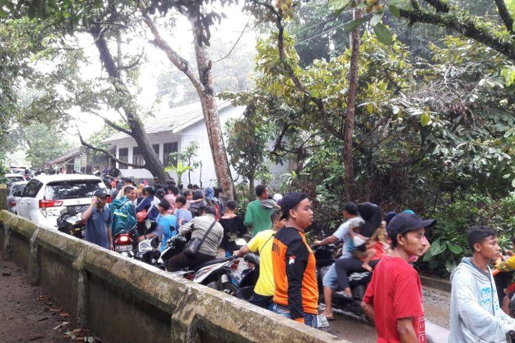 Warga panik mendengar peringatan tsunami dan berlarian ke tempat yang lebih tinggi, Minggu (23/12/2018).