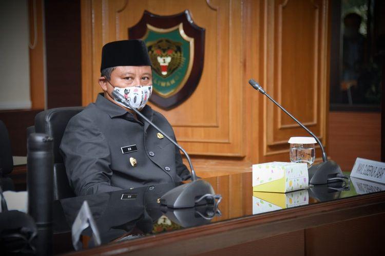 Wakil Gubernur Jawa Barat Uu Ruzhanul Ulum, saat mengikuti Rapat Gugus Tugas Percepatan Penanggulangan Covid-19 Jabar, di Markas Komando Daerah Militer III/Siliwangi, Kota Bandung, Senin (20/4/2020).