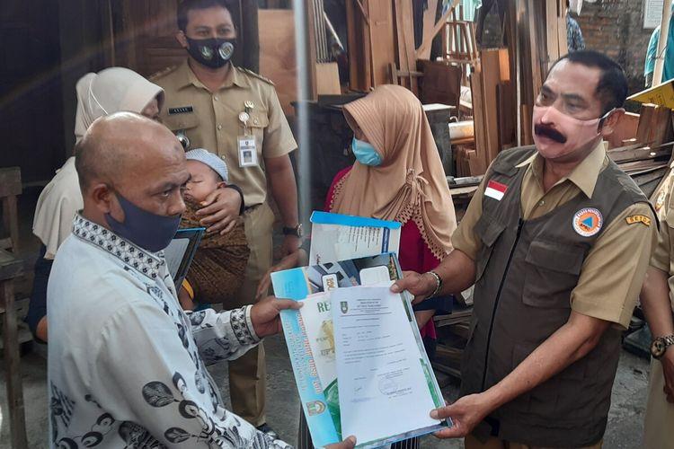 Wali Kota Solo FX Hadi Rudyatmo mengantar kepulangan bayi berusia 1 tahun yang sembuh dari corona di Solo, Jawa Tengah, Senin (8/6/2020).