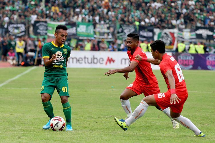 Pemain Persebaya Surabaya, Irfan Jaya (kiri) dijaga ketat 2 pemain Persija Jakarta saat final Piala Gubernur Jatim 2020 yang berakhir dengan skor 4-1 di Stadion Gelora Delta Sidoarjo, Jawa Timur, Kamis (20/02/2020) sore.