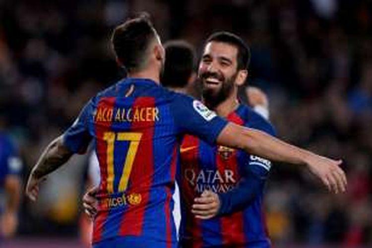 Para pemain Barcelona merayakan gol Paco Alcacer ke gawang Hercules pada lanjutan Copa del Rey di Stadion Camp Nou, Rabu (21/12/2016).